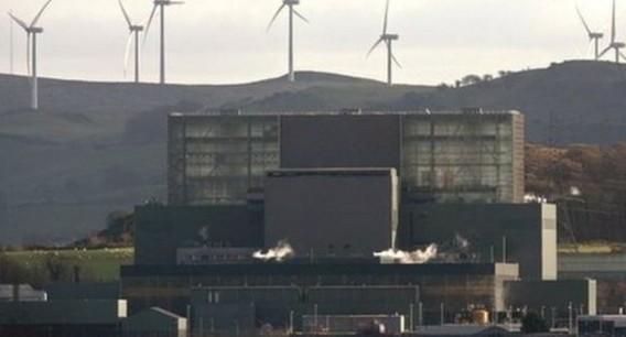АЭС Хантерстон Б на фоне ветряных электростанций. Шотландия. Фото