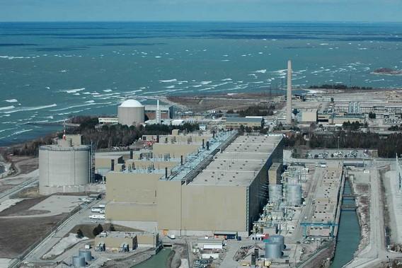 АЭС Брюс и АЭС Дуглас Пойнт(на заднем плане). Канада. Фото
