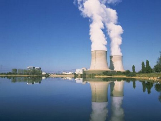 АЭС Сен-Лоран на берегу реки Луара. Франция. Фото