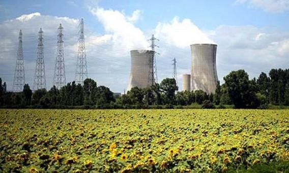 АЭС Трикастин в подсолнухах Франция. Фото