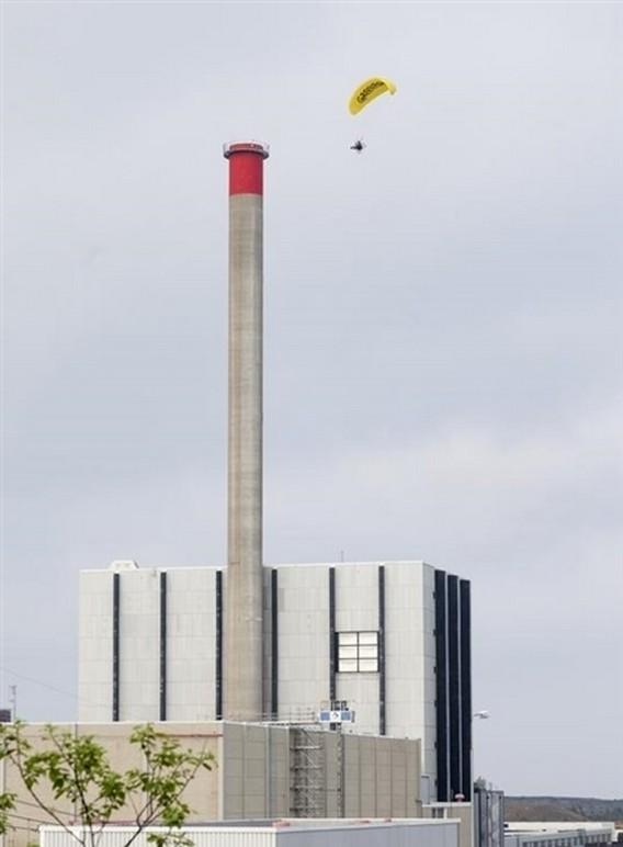 Активист Гринпис пролетает над АЭС Форсмарк. Швеция