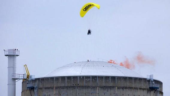 Активист Гринпис сбросил дымовую шашку на крышу реактоар АЭС Бюже. Франция