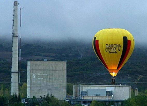 Активисты ГРИНПИС на воздушном шаре над АЭС Санта Мария де Гаронья