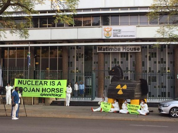 Акция Гринпис против строительства АЭС в Южной Африке