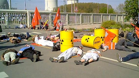 Акция экологов возле входа АЭС Библис. Германия