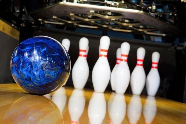 Боулинг синий мяч на фоне белых кегель