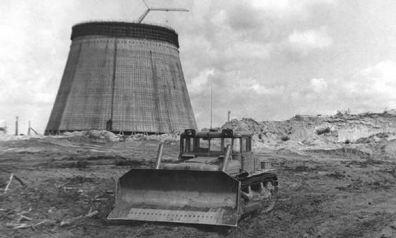 Бульдозер на фоне градирни Чернобыльской АЭС