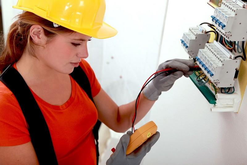 Девушка электрик за работой