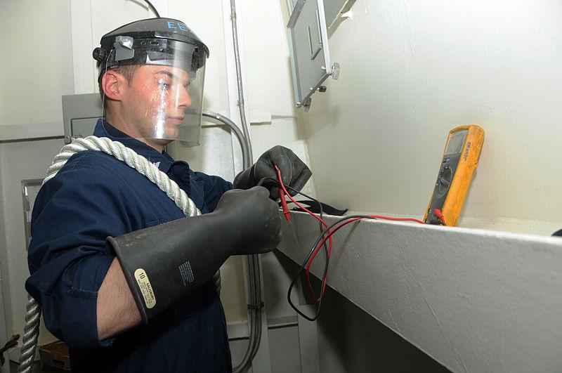 Диэлектрические перчатки на электрике
