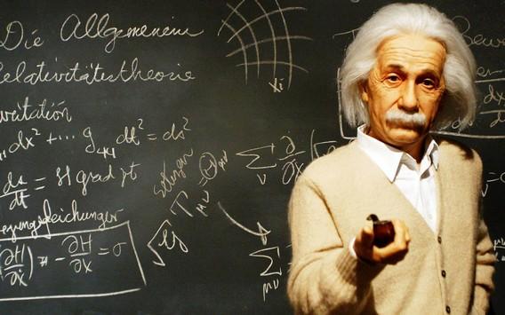 Эйнштейн на фоне доски