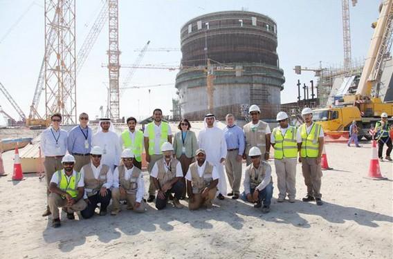 Фото мусульман - строителей АЭС Барака - на фоне станции