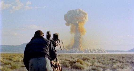 Фотограф снимает ядерный взрыв