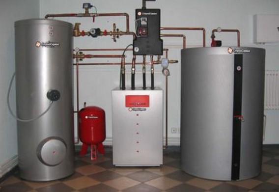 Газовый котел вдоль стены на полу