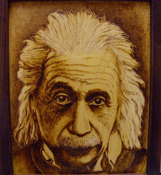 Портрет Эйнштейн выгравированный на деревенной основе