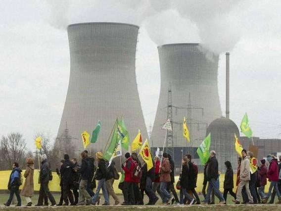 Гундремминген АЭС. Фото. Акция протеста на фоне атомной станции