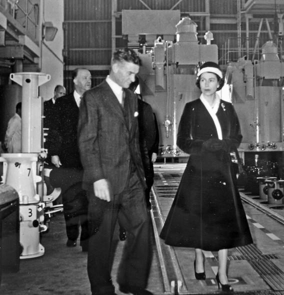 Королева Елизавета Вторая на АЭС Колдер Холл. Великобритания
