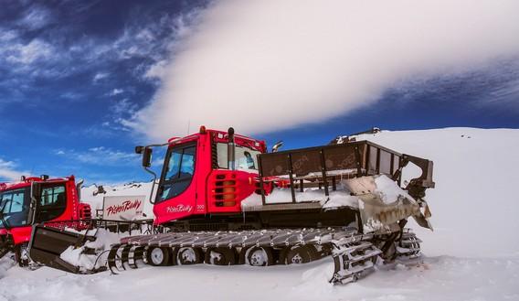 Красный ратрак на горе Эльбрус