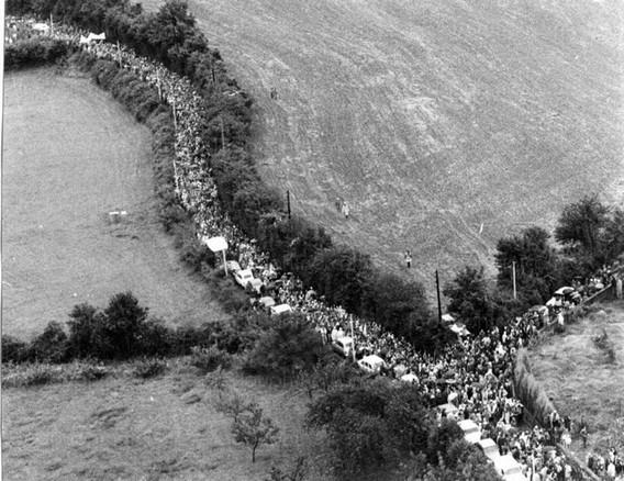 Люди идут к строящейся АЭС Крей Мальвиль на митинг