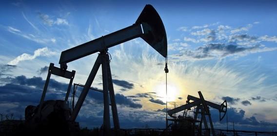 Нефтяные вышки на фоне солнца