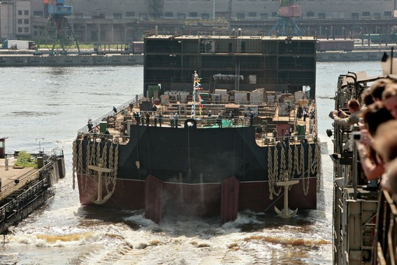 Плавучая АЭС Академик Ломоносов. Спуск на воду. Фото