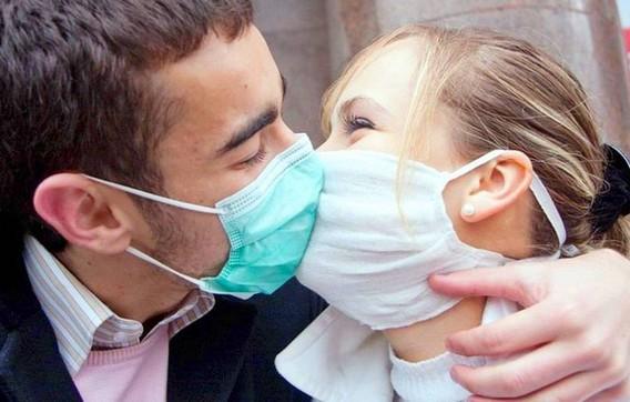 Поцелуй через медицинскую маску