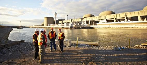 Рабочие на фоне АЭС Пикеринг в Канаде