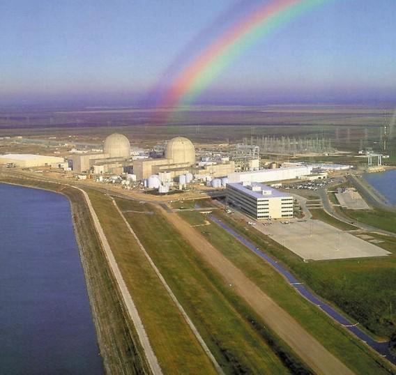Радуга над АЭС Саус Тексас. США. Фото