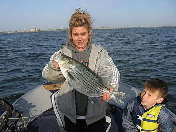 Рыбалка на озере Ласаль возле атомной электростанции