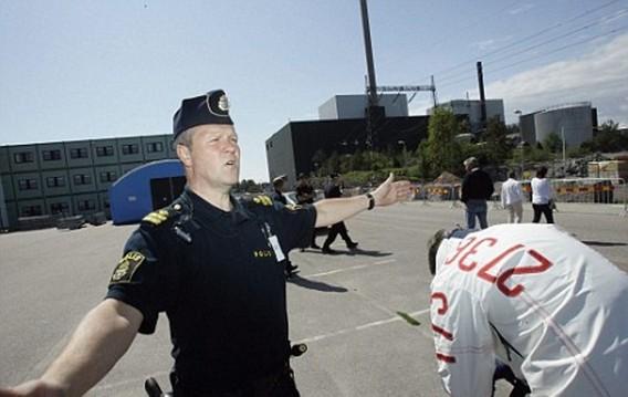 Шведская полиция закрывает вход на АЭС Оскархамн. Фото