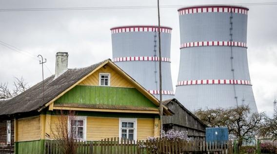 Садовый дом на фоне градирен Островецкой АЭС