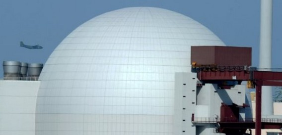 Самолет над АЭС Брокдорф. Германия. Фото
