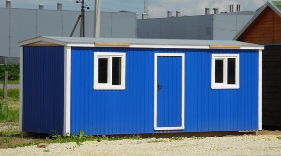 Синяя бытовка с двумя окнами для строителей