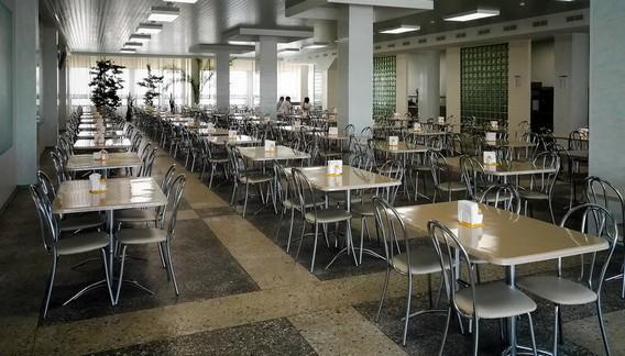 Столовая Смоленской АЭС - пустые стулья и столы в советской столовой в ряд