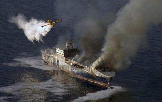 Тушение пожара на корабле с самолета в море