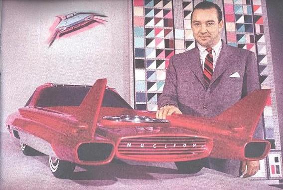 Уильям Форд возле макета первого ядерного автомобиля - Ford Nucleon