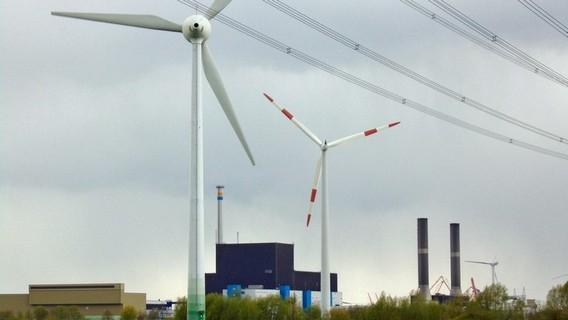 Ветряная электростанция на фоне закрытой АЭС Брунсбюттель