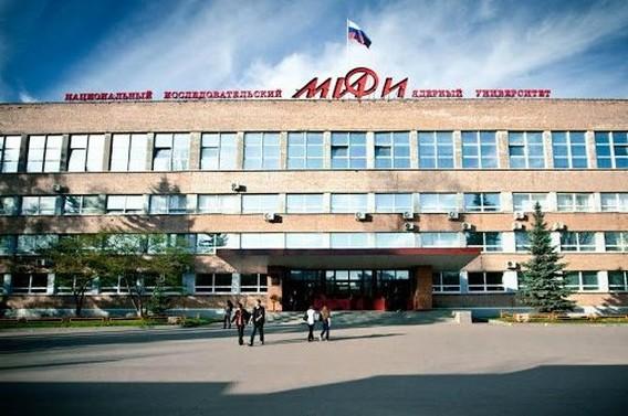 Главное здание ядерного институт МИФИ в летний солнечный день