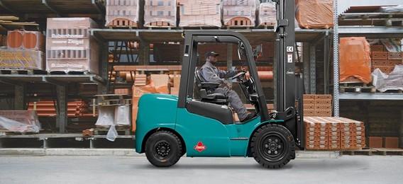 Зеленый дизельный погрузчик на складе с водителем